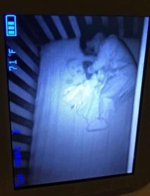 Le fantôme d'un nouveau-né dans le lit de son bébé